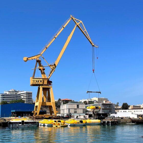 Grúa elevando Botes salvavidas