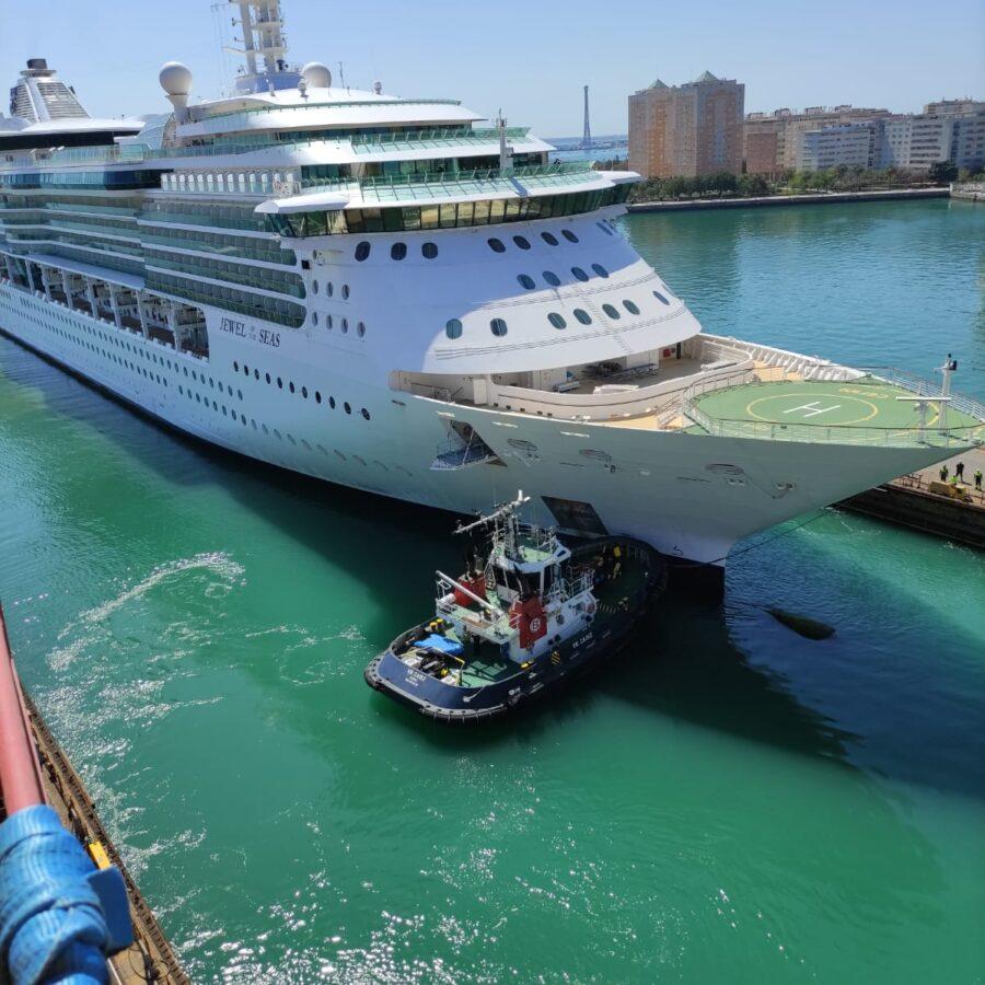 Remolcador empujando al Jewel of the Seas