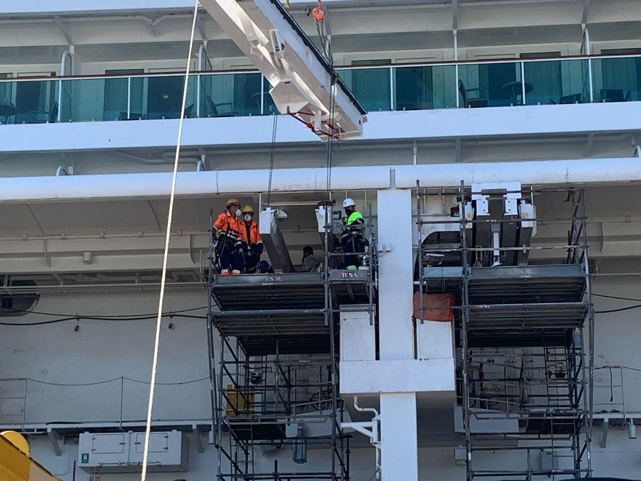 Trabajadores en andamios sobre el Jewel of the Seas