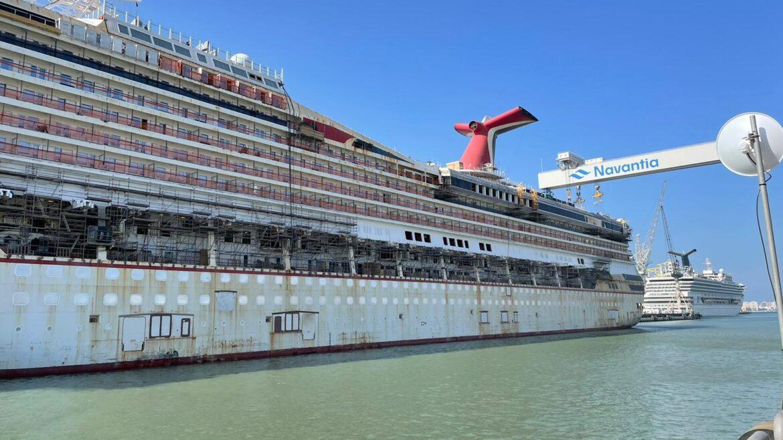 Carnival Victory en el dique de Navantia Puerto Real con la grúa al fondo